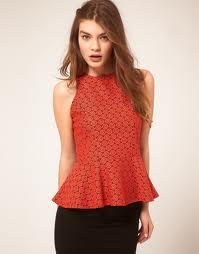 Esta blusa fica muito bem para quem não tem cintura ou possui quadris estreitos. Não deve ser usada por quem tem quadris muito largos. Pode ser feita de viscose, cetim de seda, tricoline, renda,  crepe... Segue moldes do 38 ao 54.
